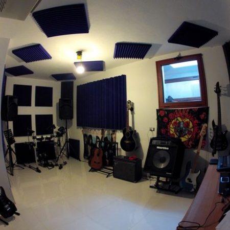 Trattamento acustico sala prove con angolo mix.