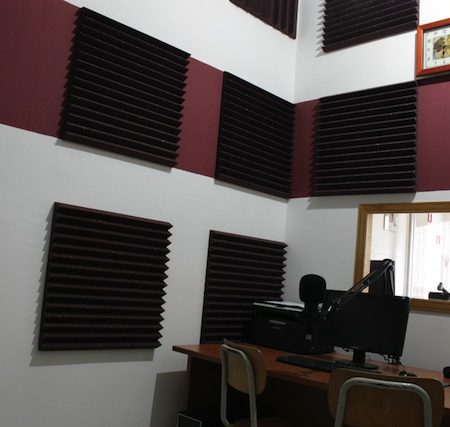 Trattamento acustico per studio radiofonico con un budget contenuto.