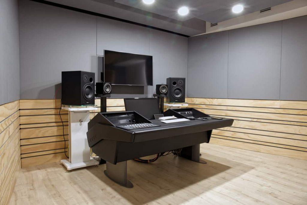 Studio di registrazione con progetto custom-desk